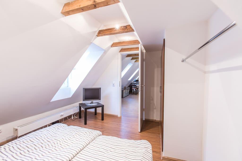 Blick Schlafzimmer in den Wohnbereich