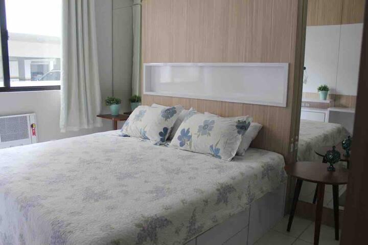 Quarto cama kingsize em apto compartilhado Floripa