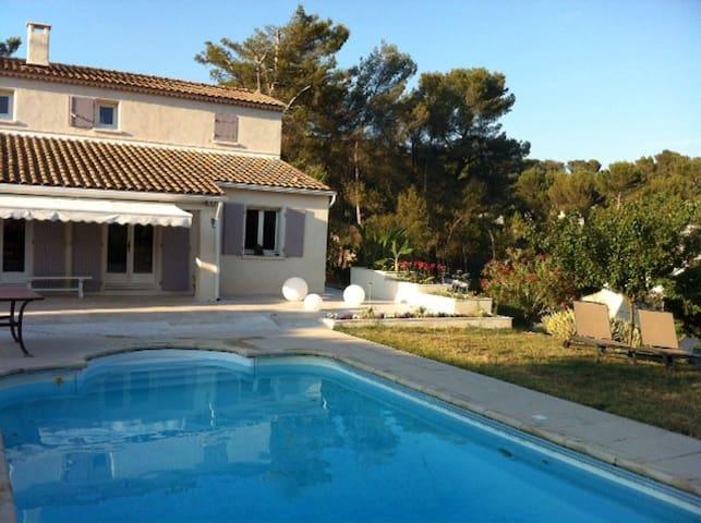 Villa avec piscine à proximité d'Aix en Provence - Cadolive - House