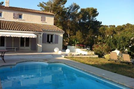 Villa avec piscine à proximité d'Aix en Provence - Cadolive - Casa