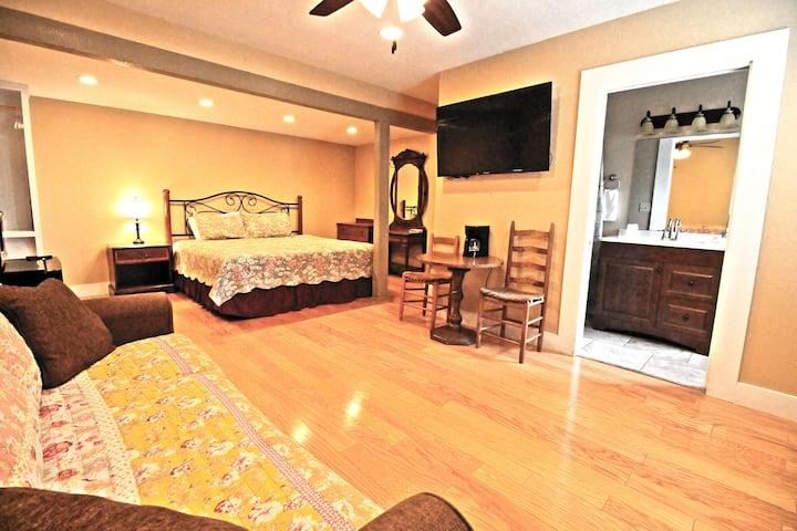 Peach Tree Inn & Suites | Deluxe King Room
