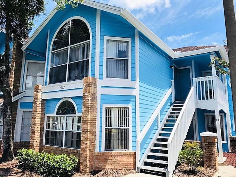 Photo of the full house and our ground floor house.   A nossa unidade! A casa onde fica o nosso apartamento. Nossa unidade é a térrea!