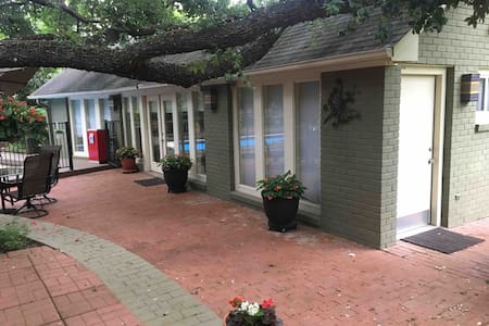 Cozy Cabana minutes from Riverwalk, Zoo and Ft Sam