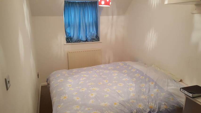 Double bed en-suite in clean house - Biggleswade