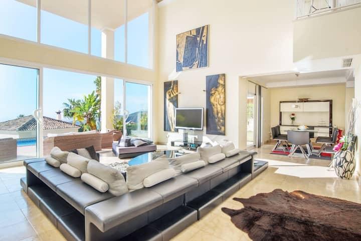 Lux-Mountain Villa w. stunning View,Pool & Netflix
