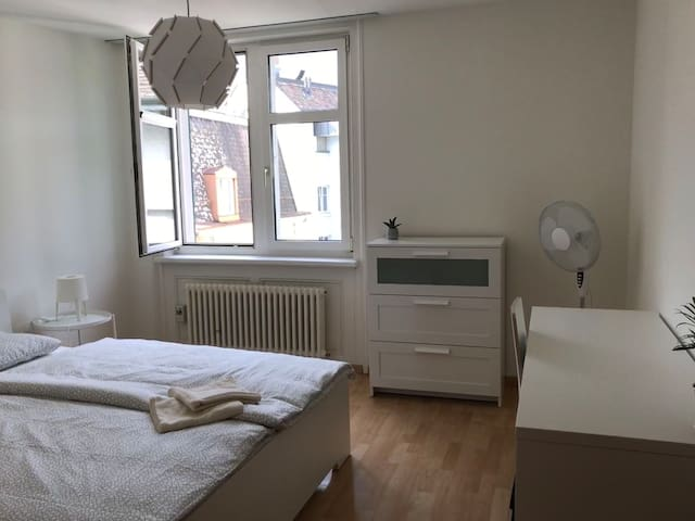 Modern Room right at the Zurich Main Station!(403)