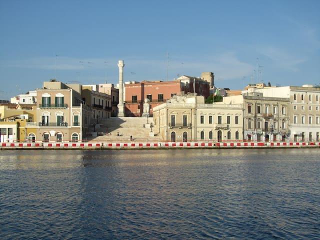 Particolare del porto di Brindisi con le colonne romane, come fine della antica via Appia.