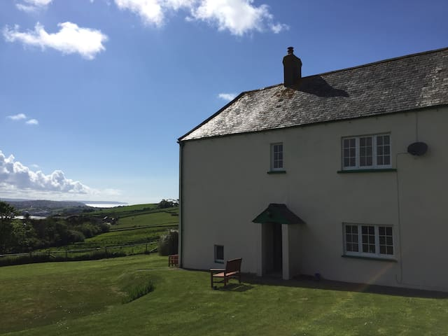 Big family room in old rural farmhouse near beach - Instow - House
