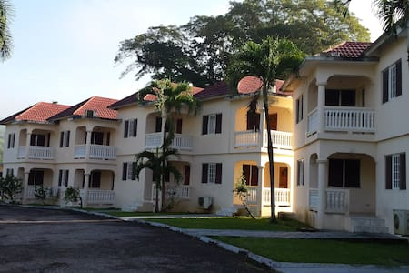 "Local Living in ""Irie"" style - Montego Bay - Reihenhaus"