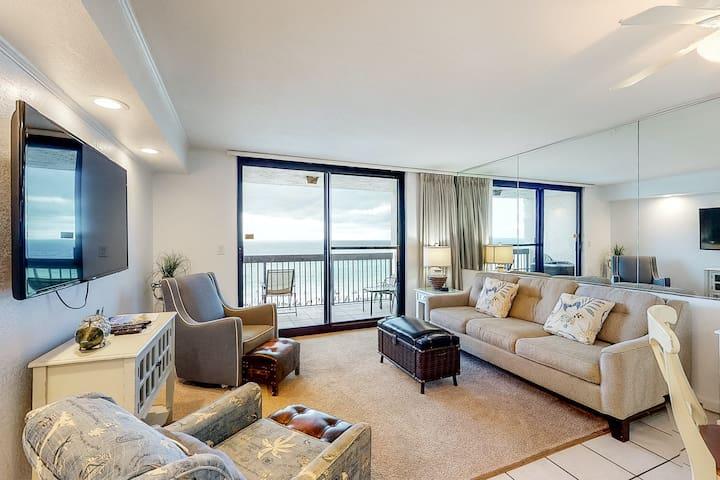 7th Floor Condo, On-site pools w/ hot tub & splash pad, Near shops and dining!
