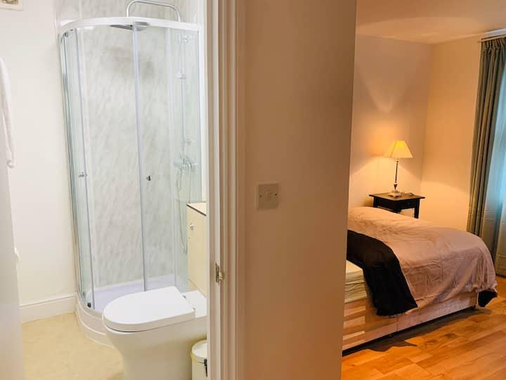 Stunning one bedroom with en-suite bathroom(Room3)