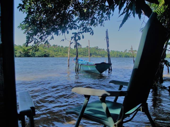 Casa rústica a beira do rio