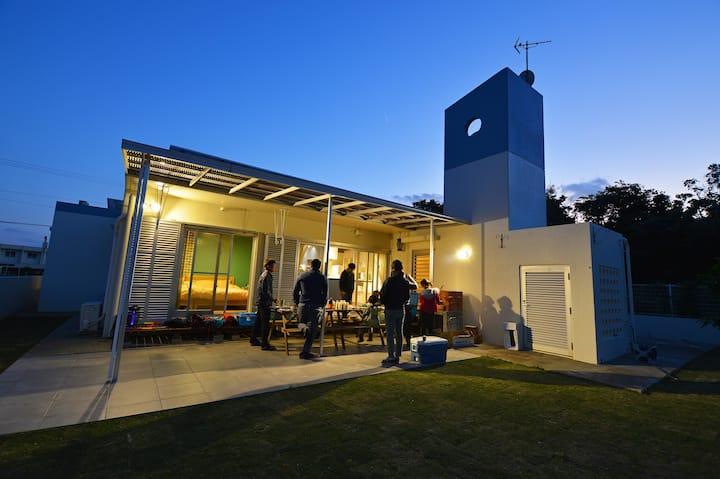 広い庭でBBQ可能!!お洒落な平屋戸建てのコンドミニアム。寝室は3箇所あり、最大10名まで宿泊可能!