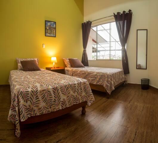 2) comoda habitación doble cerca a plaza de armas