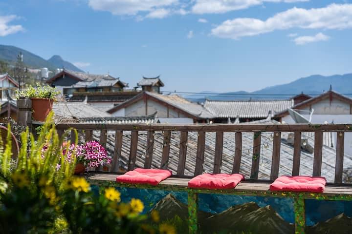 丽江古城内浪漫大床房,观景露台+阳光花园,免费喝茶聊天,开放式厨房