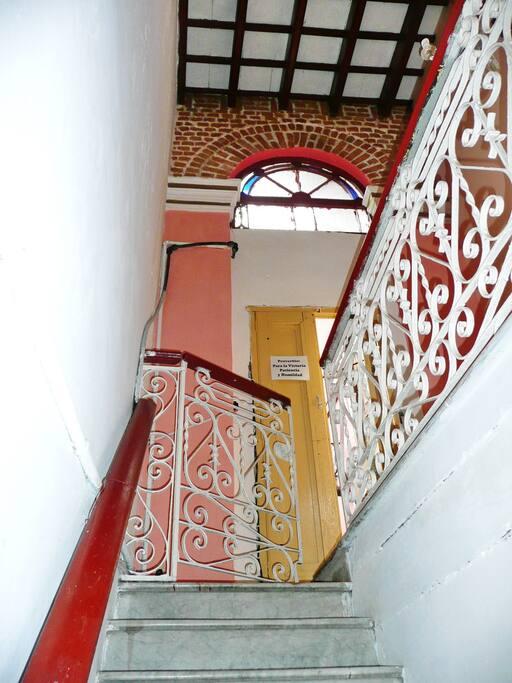 Haut escalier avec ferronneries anciennes