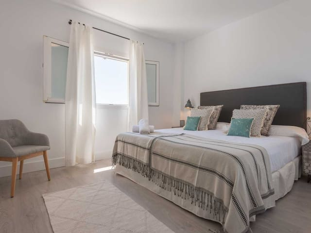Master bedroom 180 x 200 cm king size bed and ensuite bathroom