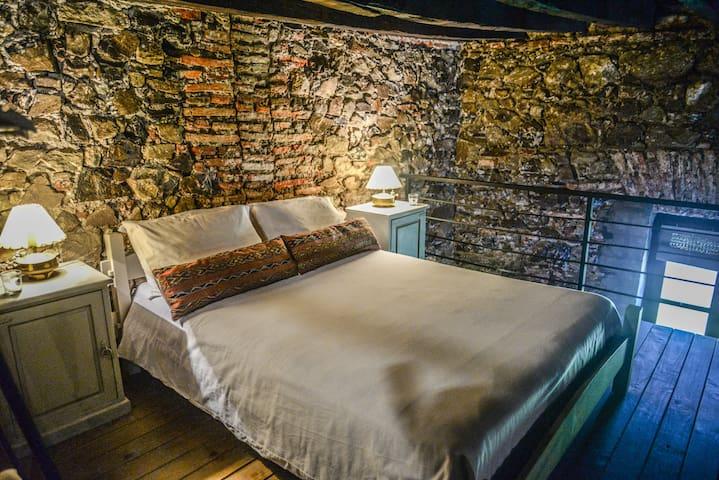 Dormitorio en entrepiso, cama doble