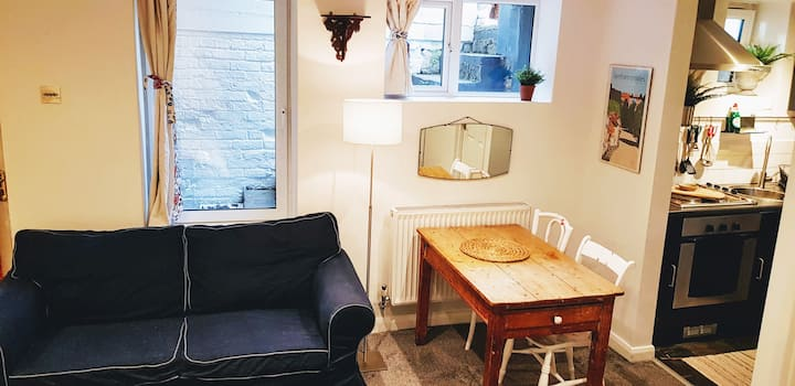 Self contained studio flat central Farnham