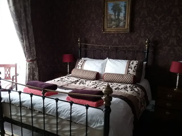 Luxurious king-size bedroom in Victorian house - Llanelli