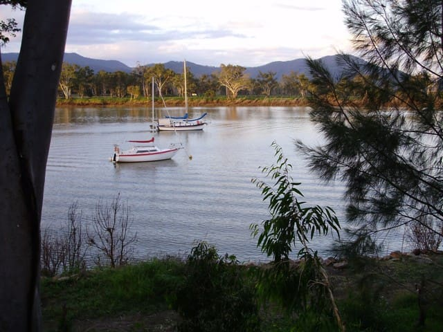 Riverside Cottage pet allowed inside. Free wifi - Rockhampton - Дом