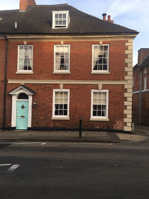 A stunning 4 bedroom  property located in the centre of Warwick.The house frontage is captured.