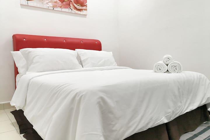 Room 1: Queen Bed - First Floor - Ceiling fan