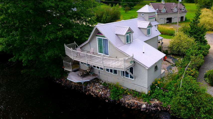Charming Lakeside Cottage in Newport