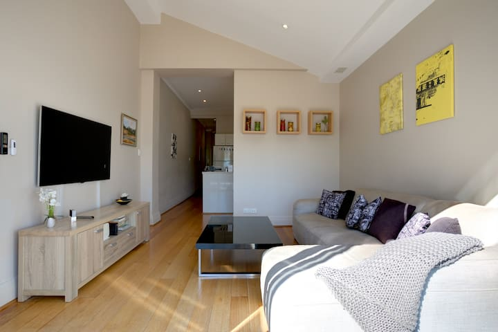 ★ BEACH PAD: BONDI BEACH ★  50m from Bondi Beach