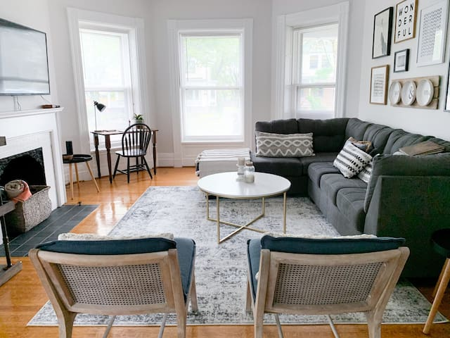 Newly renovated and furnished in Neighbourhood of the Arts. 1 BR, 1 Bath ground floor flat, finished with style and care, tucked into one of Rochester's premiere historic tree-lined streets, steps away from top cultural attractions.