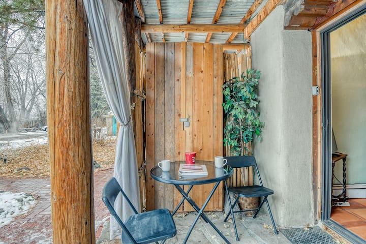 Hotel-style studio w/ private patio & forest views - close to downtown!