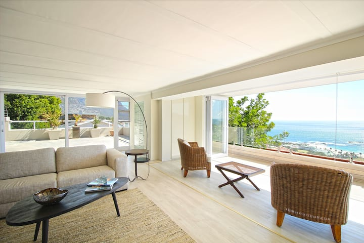 Camps Bay Apartment - Breathtaking Views + Pool