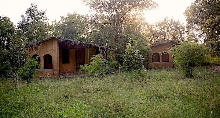Kamp Kamouflage Kanha Homestay Hut #2