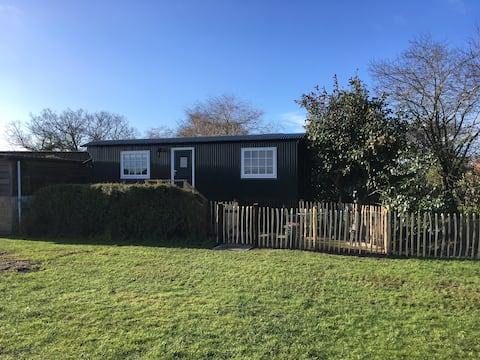 Spacious Shepherd's Hut (Deluxe) Cottage style
