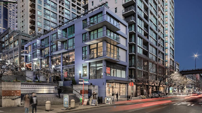 Modern Executive Suite Near Pikes and Waterfront