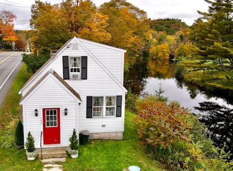Birch Hollow Cottage: riverside Vermont retreat