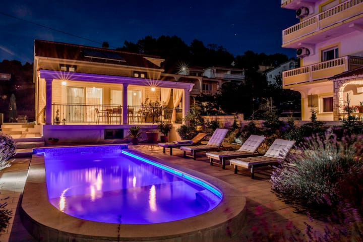 Villa Bella with pool, near the city and beach