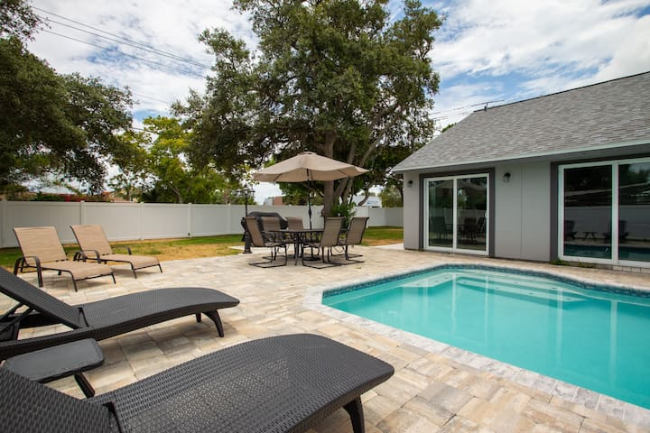 Beautiful pool home minutes from Anna Maria Island
