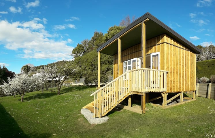 Light 'n' sunny private cabin with harbour views.