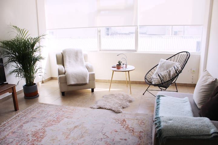 Cozy and sunny apartment in the heart of downtown!