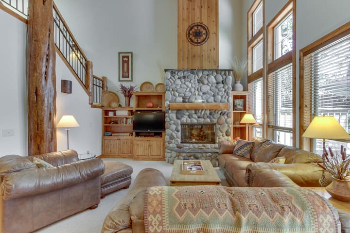 Beautiful lodge retreat w/ private hot tub & SHARC passes!