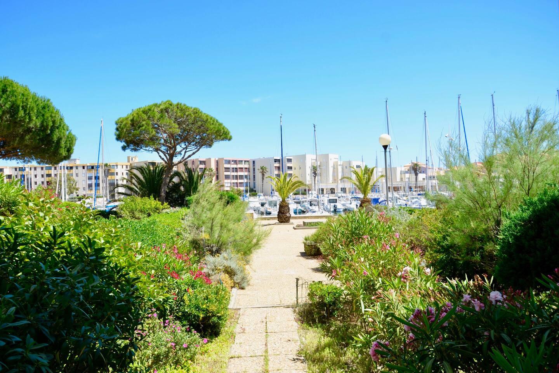 Vue de la terrasse accès jardin et port