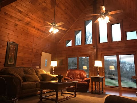 Peaceful Hills Lodge, Fireplace, Creek & 97 Acres