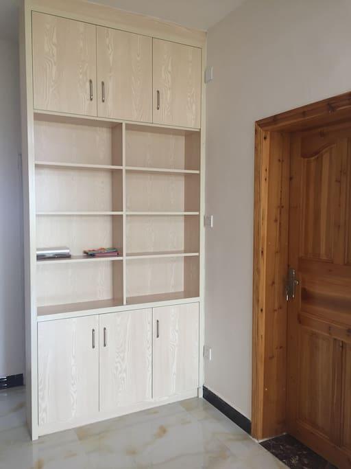可以存放书籍的书柜