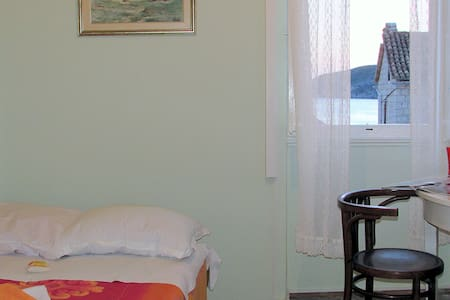 Komiza Authentic Old House Room 2 - Komiža - Huis
