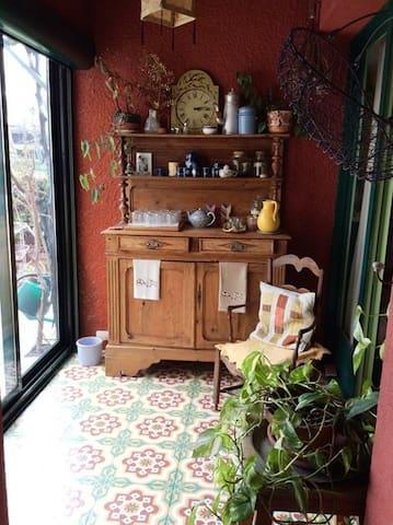 Pièce attenante à la cuisine et à la salle à manger, ouverte sur le jardinet