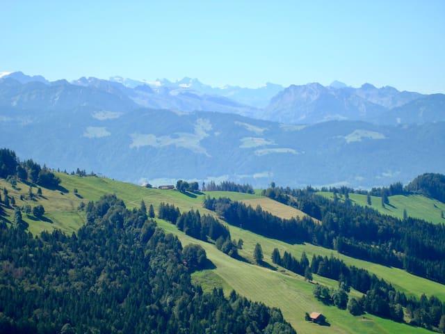 Nach eineinhalb Stunden wandern, das Alpenpanorama geniessen. Aussicht von der Chrüzegg.