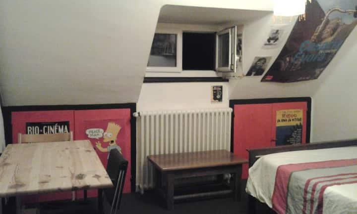 1 chambre mansardée chez l'habitant.