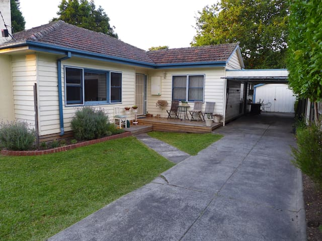 Private flat just minutes from Eastland and trains - Ringwood - House