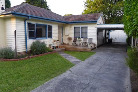 Private flat just minutes from Eastland and trains - Ringwood - 一軒家